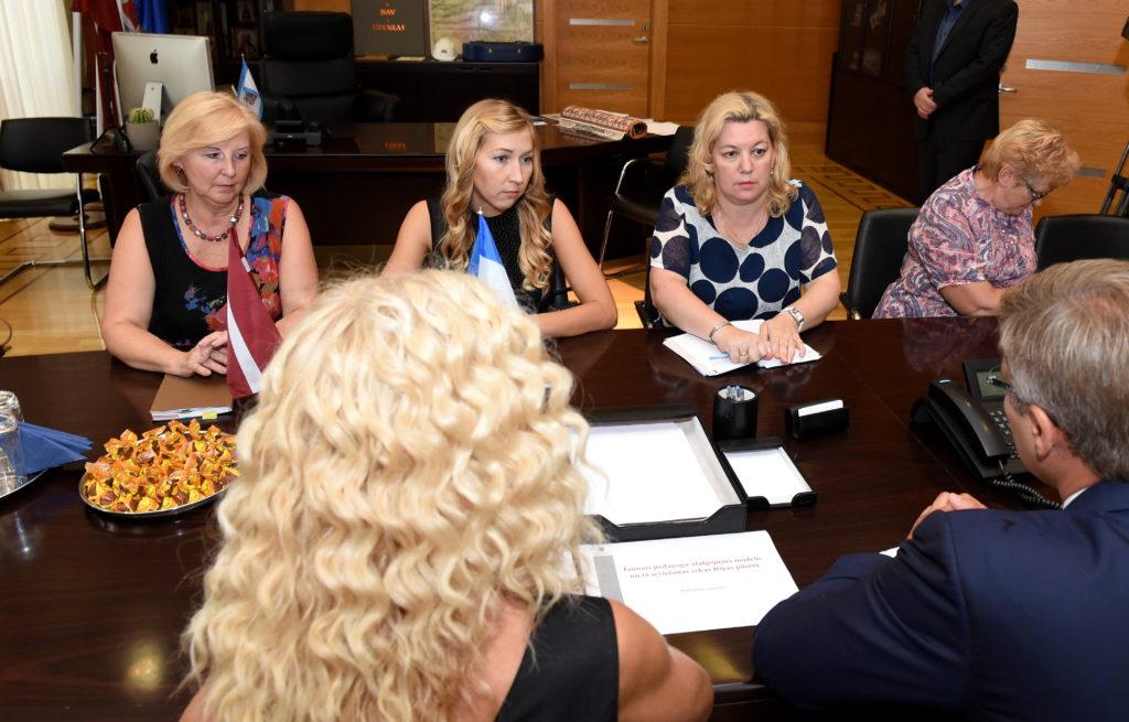Latvijas Izglītības un zinātnes darbinieku arodbiedrības pārstāves tikšanās laikā ar Rīgas domes priekšsēdētāju Nilu Ušakovu, kurā pārrunā Izglītības un zinātnes ministrijas izstrādāto pedagogu algu modeli.