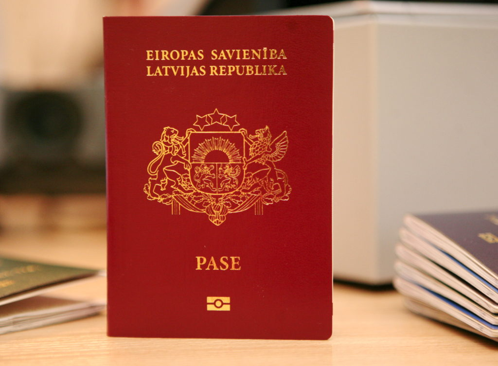 ES prasībām un starptautiskajiem standartiem atbilstošs pases paraugs.