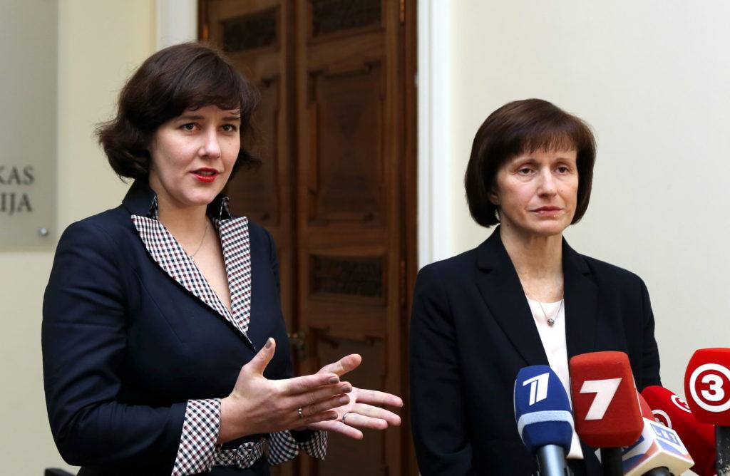 Finanšu ministre Dana Reizniece-Ozola (no kreisās) un Valsts ieņēmumu dienesta (VID) ģenerāldirektora amata kandidāte Ilze Cīrule pēc tikšanās piedalās preses brīfingā.