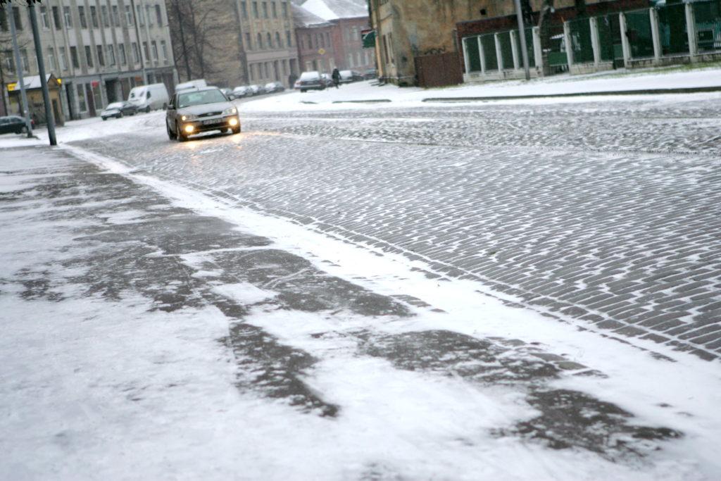 Sniega un slideno ielu dēļ šorīt apgrūtināti braukšanas apstākļi.