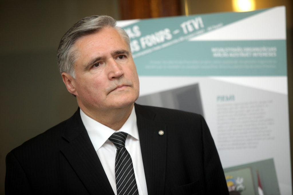 Latvijas Pašvaldību savienības priekšsēdis Andris Jaunsleinis piedalās karikatūru izstādes par Eiropas Sociālā fonda projektu sasniegumiem atklāšanā Ministru kabinetā.