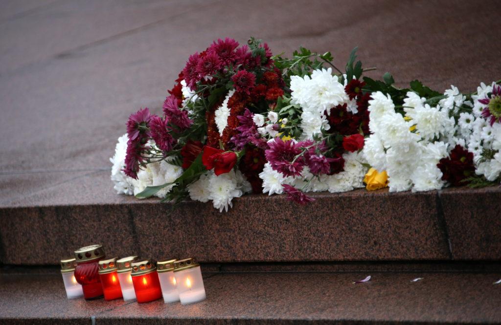 Ziedi un iedegtas svecītes pie Brīvības pieminekļa Lāčplēša dienā, atzīmējot Latvijas armijas uzvaru pār Bermonta karaspēku.