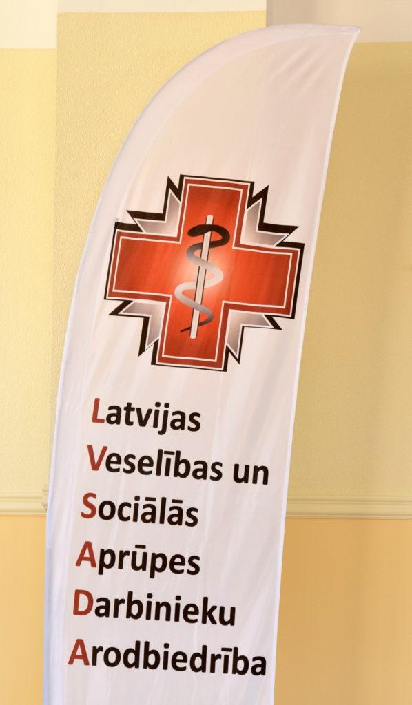 Latvijas Veselības un sociālās aprūpes darbinieku arodbiedrības (LVSADA) priekšsēdētājs Valdis Keris un LVSADA priekšsēdētāja vietniece Līga Bāriņa piedalās preses konferencē, kurā sniedz arodbiedrības redzējumu, kā jau tuvākajā laikā iespējams uzlabot situāciju veselības aprūpē.