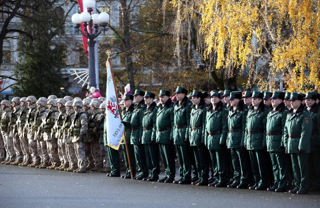 Laukumā pie Brīvības pieminekļa notiek militārā parāde, atzīmējot Latvijas armijas uzvaru pār Bermonta karaspēku.