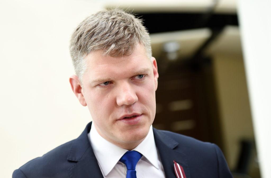 """Rīgas domes (RD) """"Vienotības"""" frakcijas izvirzītais mēra kandidāts, Saeimas deputāts Vilnis Ķirsis atbild uz žurnālistu jautājumiem pēc RD """"Vienotības"""" frakcijas rīkotās preses konferences, kurā iepazīstināja ar partijas izvirzīto RD priekšsēdētāja amata kandidātu un informēja par jaunu pieeju deputātu kandidātu saraksta veidošanā."""