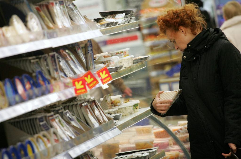 """Sieviete iepērkas lielveikalā """"Maxima XXX""""."""
