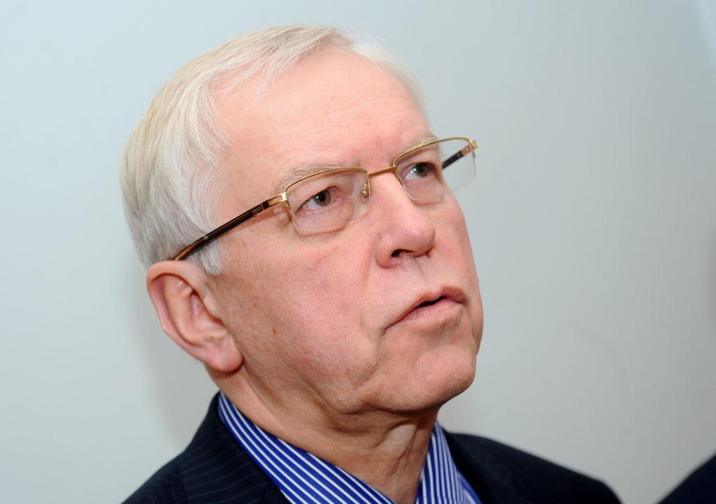 """Zaļo un zemnieku savienības Saeimas frakcijas vadītājs Augusts Brigmanis atbild uz žurnālistu jautājumiem pēc Zaļo un zemnieku savienības un partijas """"Vienotība"""" pārstāvju tikšanās par atbildības jomu sadalījumu nākamajā valdībā."""