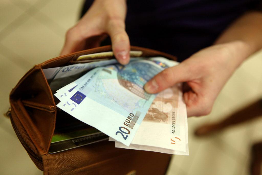 """Tirdzniecības centrā """"Stockmann"""" notiek divu kasu eksperiments, kurā nosaka karšu lietotāju priekšrocības, salīdzinot ar tiem iedzīvotājiem, kas janvārī norēķināsies ar latiem un eiro skaidrā naudā."""