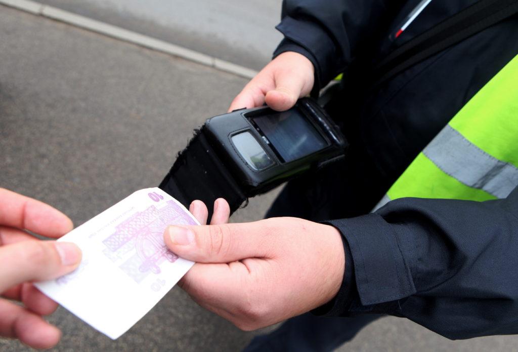Rīgas sabiedriskā transporta biļešu kontrolieris saņem 10 latu naudas sodu par administratīvo pārkāpumu - braukšanu bez biļetes.