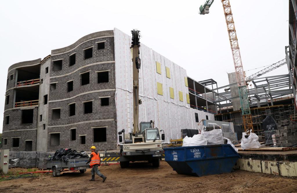 """Stradiņu slimnīcas A korpusa būvlaukums, kur pilnsabiedrība """"Sbre"""" un """"Pskus"""" veic celtniecības darbus."""