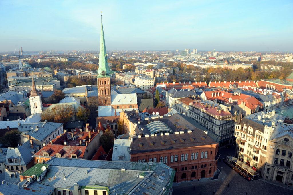 Pilsētas panorāma no Rīgas Doma baznīcas torņa.