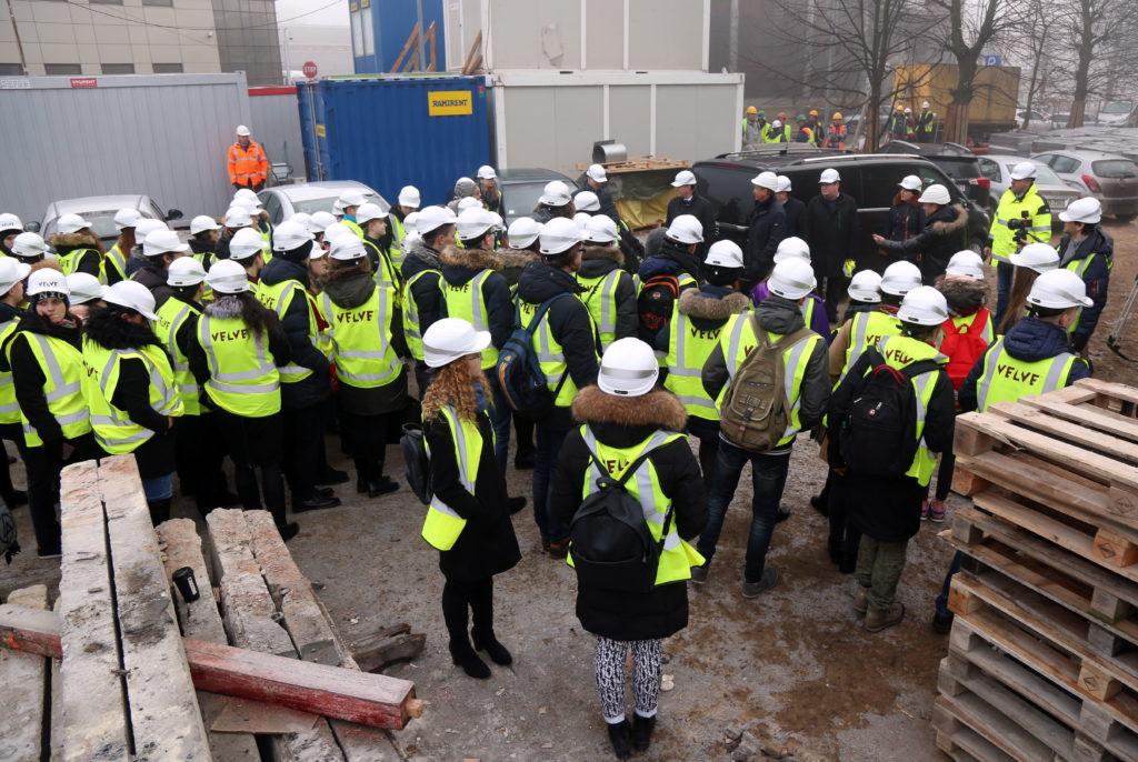 """Rīgas domes vadība un """"Ēnu dienas"""" dalībnieki ieradušies iepazīties ar kultūras pils """"VEF"""" rekonstrukcijas darbu gaitu."""