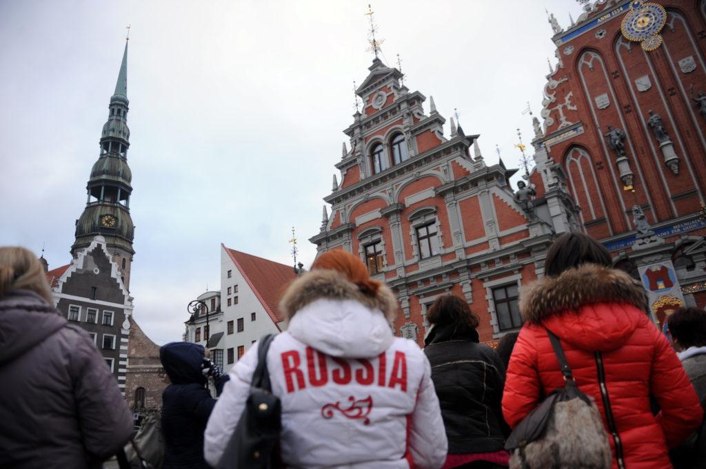 Tūristi no Krievijas Rātslaukumā.