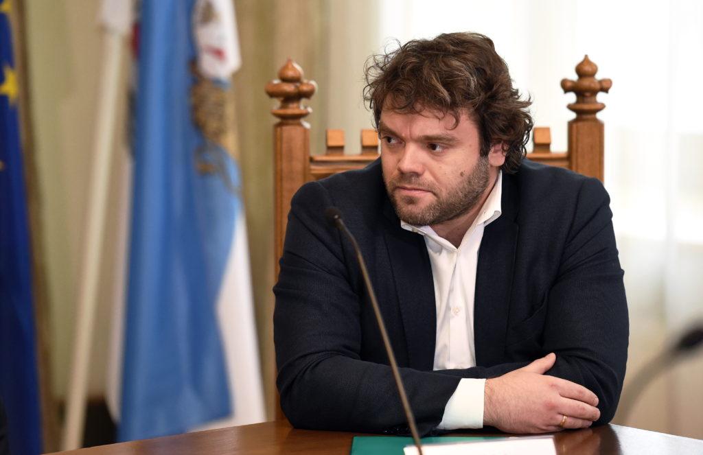 """Satiksmes departamenta direktora pienākumu izpildītājs Emīls Jakrins piedalās preses konferencē, kurā informē par šovasar Rīgā paredzētā """"Gumball 3000""""  rallija norisi."""