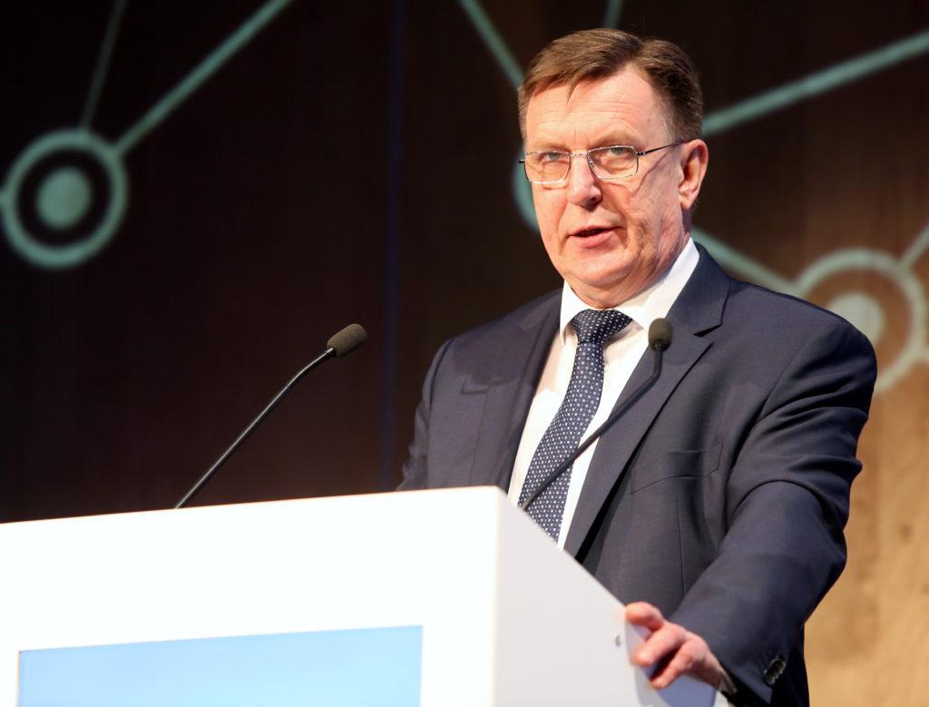 """Ministru prezidents Māris Kučinskis saka uzrunu foruma """"Rail Baltica Global Forum 2017"""" atklāšanā viesnīcā ''Radisson Blu Hotel Latvija''."""
