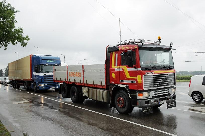 """Starptautisko un vietējo kravu pārvadāšanas uzņēmumu pārstāvju kravas automašīnu karavānas bloķē satiksmes plūsmu 11.novembra krastmalas posmā starp Vanšu un Akmens tiltiem, protesta akcijas laikā par """"steigšus ieviestā papildu ceļu nodokļa"""" iekasēšanas sākšanu."""