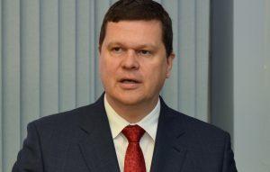 """Vides aizsardzības un reģionālās attīstības ministrs Kaspars Gerhards piedalās svinīgajā """"Zilo Karogu"""" pasniegšanas pasākumā, atklājot peldsezonas oficiālo sākumu Latvijā."""