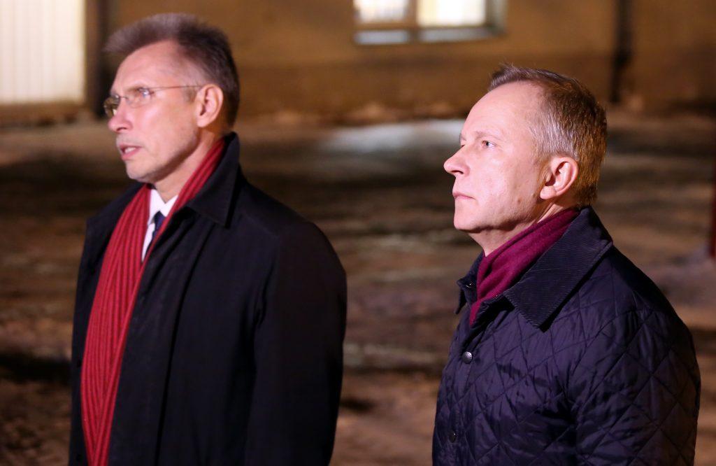 Advokāts Saulvedis Vārpiņš (no kreisās) un aizdomās par vismaz 100 000 eiro kukuļa pieprasīšanu aizturētais Latvijas Bankas prezidents Ilmārs Rimšēvičs atbild uz žurnālistu jautājumiem pēc atbrīvošanas no Valsts policijas izolatora Čiekurkalnā.