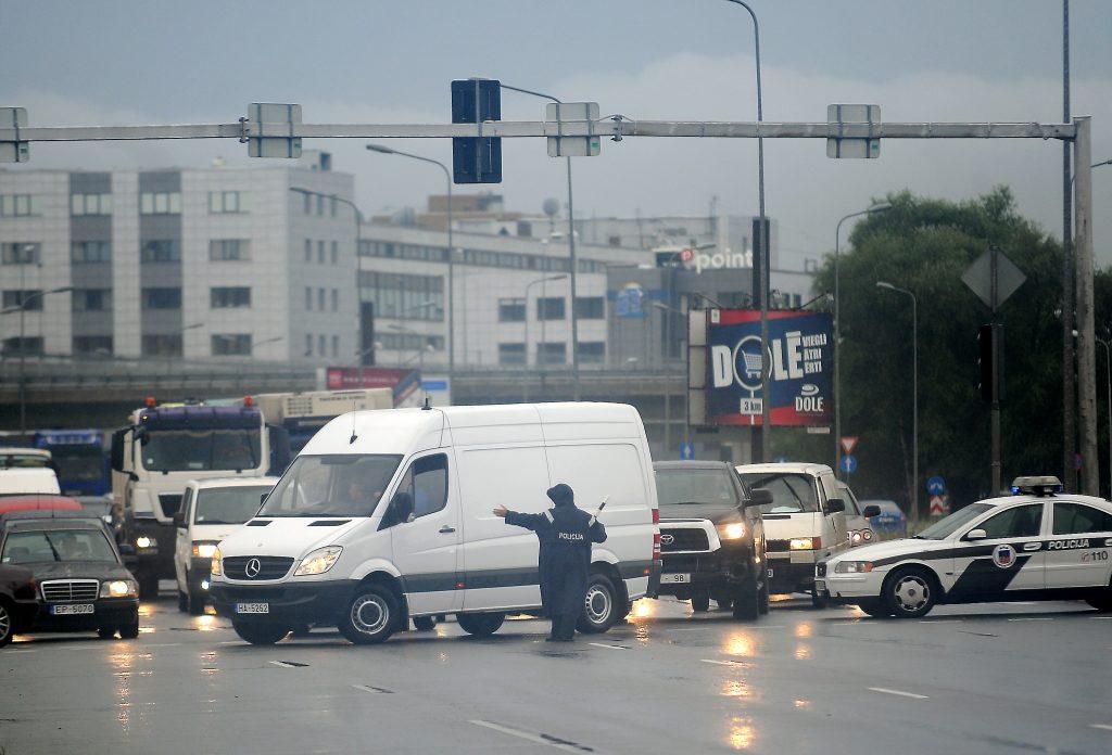 Intensīvais lietus appludinājis Krasta ielu no Dienvidu tilta līdz Salu tiltam, stipri apgrūtināta transportlīdzekļu kustība.